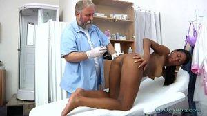 Vieux Docteur Sexuellement Négatif Chatte Blonde Patient