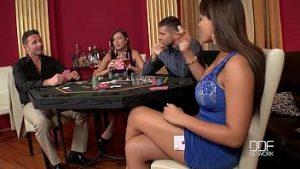 Les Filles Manquent Au Poker Et Ont Des Relations Sexuelles Avec Des Hommes Boss
