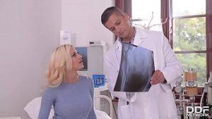 Jour De Sienne Une Bonté Blonde Milfa Suce La Bite Du Médecin