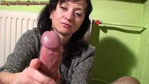 Femme Mûre Maya Frottant La Bite à L'éjaculation