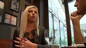 Lady Blonde Généreuse Et Puissante Au Café Et Un Sourire D'hôtel