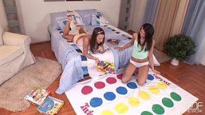 Belles Filles Jouent Avec Des Chattes Jusqu'à Des Orgasmes Multiples