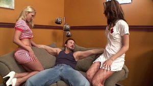 Fantaisie Avec Deux Infirmières Qui Lui Donnent Le Viagra Pour Résister