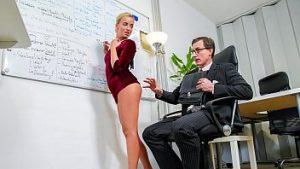 Rapports Sexuels Difficiles Non Protégés Avec L'élève En Classe Et Enseignant Viril