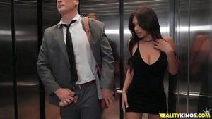 Sexe Dans L'ascenseur Avec Une Super Superposition Habillé Indécemment