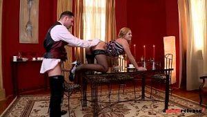 Le Serviteur Satisfait Le Nymphoman Brumeux Dans Les Potins De La Bite