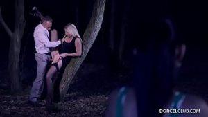 Sexe Dans La Forêt De Fin De Nuit Avec Une Super Blonde