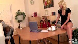 Deux Blondes Perverses Sucent Une Bite Et Se Font Habiller En Noir Viril