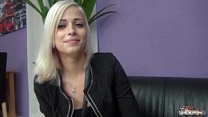 Casting De Mannequin Blonde Sur Un Canapé En Cuir