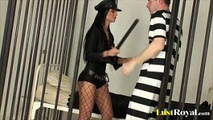 Le Policier Sexuel Brutal Dans La Cellule Avec Un Détenu