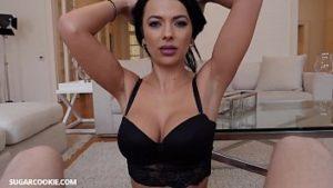 Strip-teaseuse Latine Fait Une Hirondelle Et Avale Le Sperme
