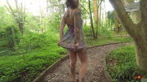 Le Tatouage Nu Dans Le Parc Nous Montre La Chatte
