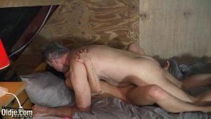 Petite-fille baisée dans le grenier par son oncle