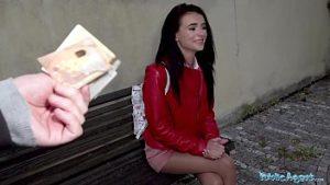 Une jeune escorte reçoit 150 euros pour des relations sexuelles dans la rue