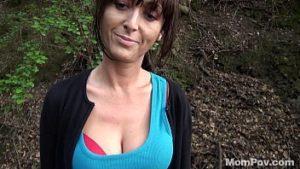 Mature du pays sexe dans les bois pour de l'argent