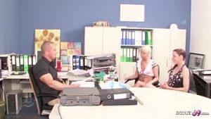 Deux étudiantes en secrétariat baisent au bureau avec leur patron en chaleur