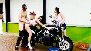 Dans la lessive, les filles font l'amour sur la moto