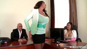 Dans le bureau des rapports sexuels avec deux employés matures avec des silicones