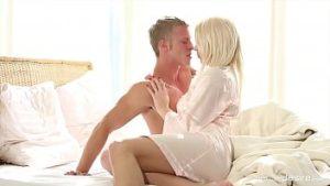 Pris au lit quand blonde se masturber se fait baiser dans le vagin