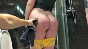 Un cul de lavage et trou du cul avant de baise anale non protégée