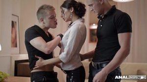 Anita tente des relations sexuelles avec deux hommes virils