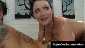 Sophie Dee et une amie lesbienne se oignent avec de l'huile et se masturbent