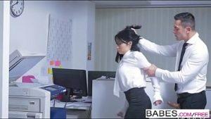 Elle tire ses cheveux sur sa jupe et baise son vagin sur la secrétaire