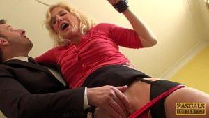 La blonde de 50 ans déchire sa chatte dans une grosse bite
