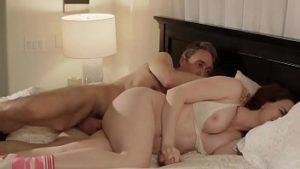 Pénétré par son beau-père qui la surprend nue dans son lit