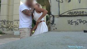 Le sexe anal dans la rue avec un trou du cul se terminant par une blonde