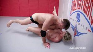 Lutte entre les hommes et les femmes dans le ring et baise violente