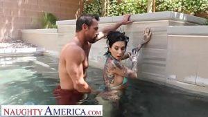 Sexe à la piscine avec Joana une brune tatouée