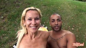 Angélique nue lors d'un pique-nique baisée par un touriste