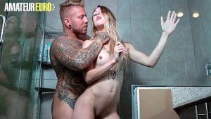 Faire l'amour dans la salle de bain avec un homme doué