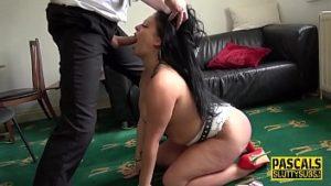 Elle le crache dans la bouche et lui fait une pipe jusqu'à ce qu'elle avale du sperme