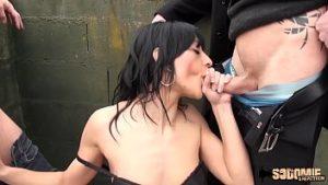 Cassandra suce la bite de trois mecs et se fait baiser brutalement