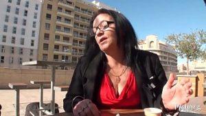 Rosa une femme mature accepte de l'argent pour des relations sexuelles avec un jeune homme