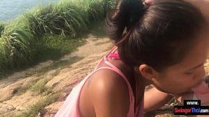 Asiatique donne pipe sur un champ et avale doux sperme