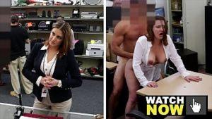 Dame habillée sexy a des relations sexuelles sur le bureau pour de l'argent