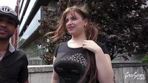 Gros étudiant aux gros seins a des envies de sexe avec du noir