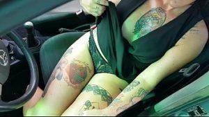 La MILF tatouée fait l'amour dans la voiture avec un mécanicien