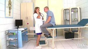 Docteur Katerina baisée dans le bureau du patient excitée