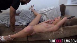 Convaincre une blonde pour le sexe au cinéma