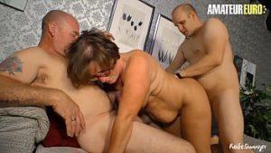 Une femme de 65 ans baisée par deux hommes